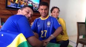 """Ajudando amigo surdo e cego a """"assistir"""" jogo do Brasil"""