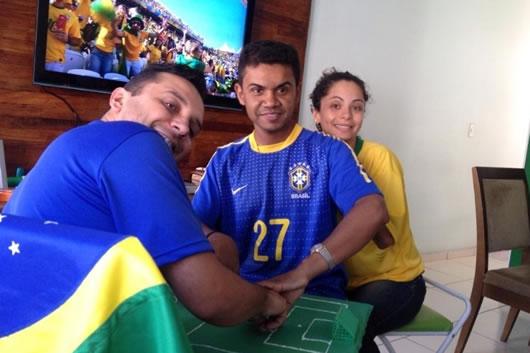 ajudando-amigo-surdo-e-cego-a-assistir-jogo-do-brasil